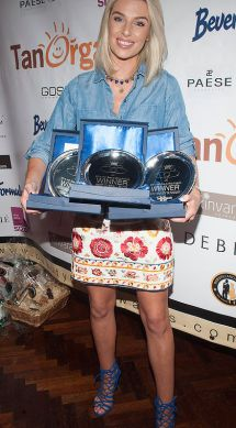 Pippa O'Connor pictured with the 2015 Irish Beauty Blog Awards sponsored by TanOrganic. The event was held at Lillies Bordello, Dublin. Pic Patrick O'Leary NO REPRO FEE